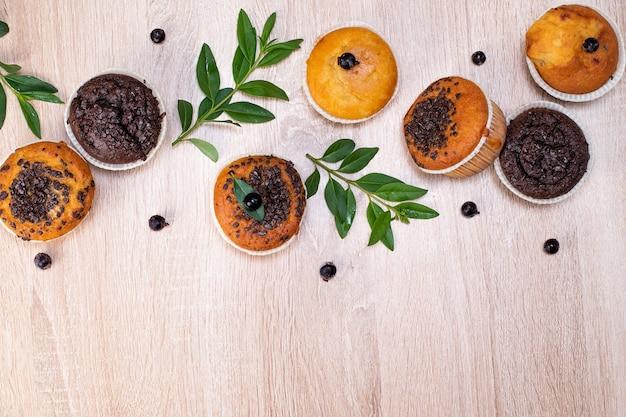 Vista dall'alto su muffin con mirtilli su un tavolo di legno