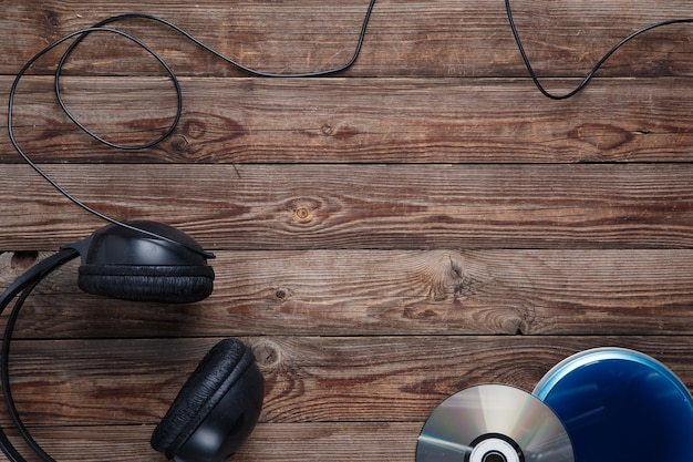 Vista dall'alto dell'attrezzatura del lettore cd musicale sulla scrivania in legno