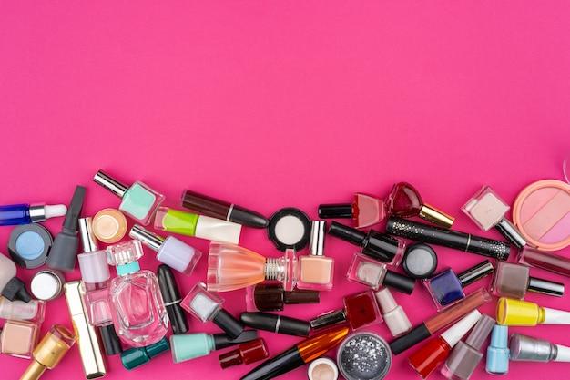 Vista dall'alto del modello di cosmetici bottkes smalto per unghie