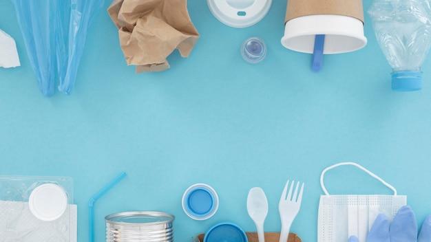Assortimento di elementi in plastica non ecologici vista dall'alto