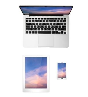 Taccuino, tablet e telefono cellulare vista dall'alto isolati su bianco