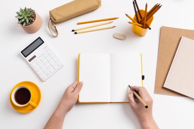 Taccuino di vista superiore con la lista delle cose da fare sulla scrivania