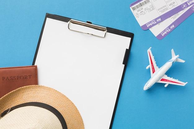 Vista dall'alto del blocco note e altri elementi essenziali di viaggio
