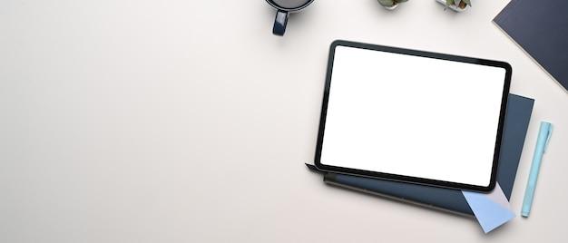 Scrivania da ufficio vista dall'alto con tablet, tazza di caffè e libro di prodotti lattiero-caseari con forniture per ufficio, concetto di spazio di copia.