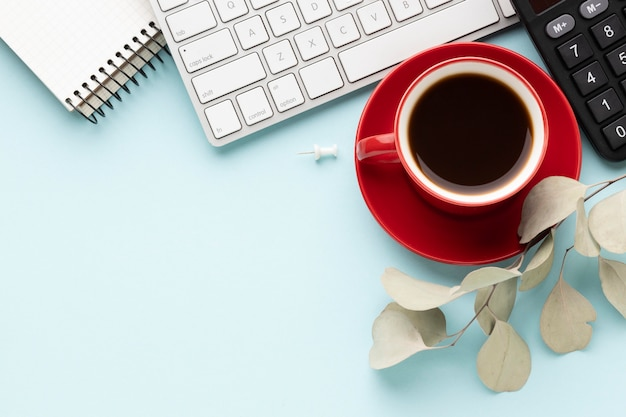 Disposizione degli elementi dell'ufficio vista dall'alto con una tazza di caffè