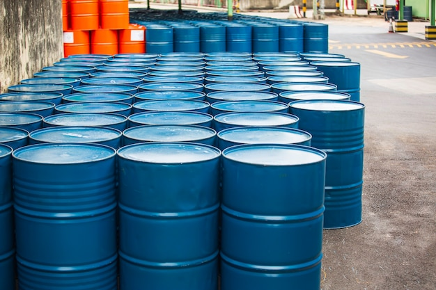 Vista dall'alto barili di petrolio blu o fusti chimici impilati orizzontalmente