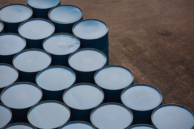 Vista dall'alto barili di petrolio blu o fusti chimici impilati verticalmente