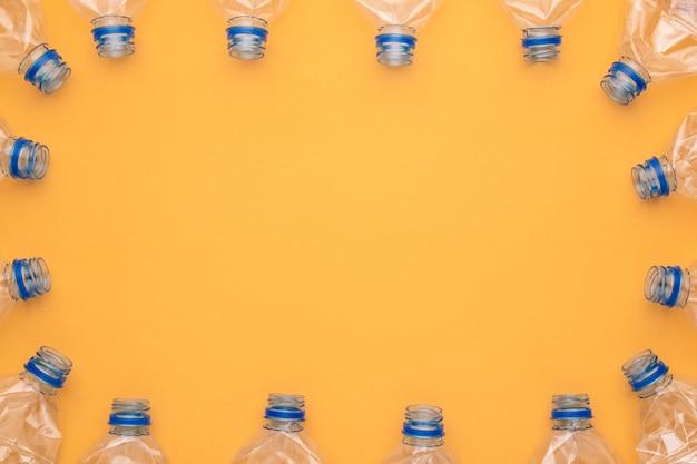 Vecchia bottiglia d'acqua in plastica trasparente vista dall'alto
