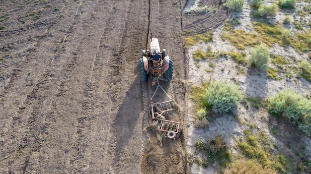 Vista dall'alto della vecchia aratura del trattore. foto aerea.
