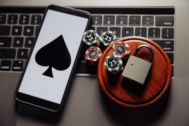 Gioco di poker online vista dall'alto sul cellulare