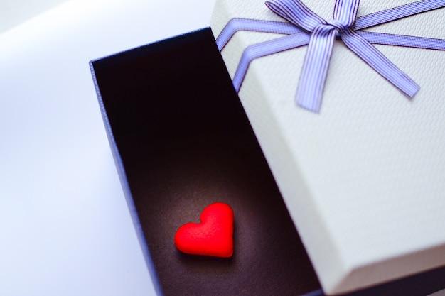 Vista dall'alto di una confezione regalo blu e bianca aperta o confezione regalo con nastro blu e fiocco