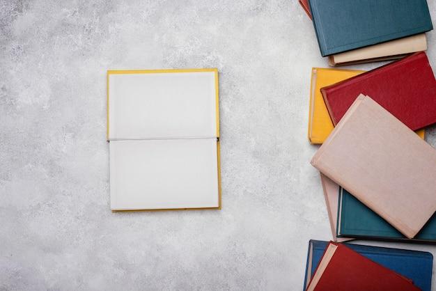 Vista dall'alto del libro con copertina rigida aperta