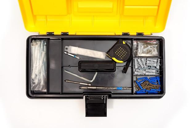 Vista dall'alto della scatola di plastica aperta con un mix di strumenti e strumenti