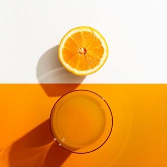 Vista dall'alto di succo d'arancia con frutta