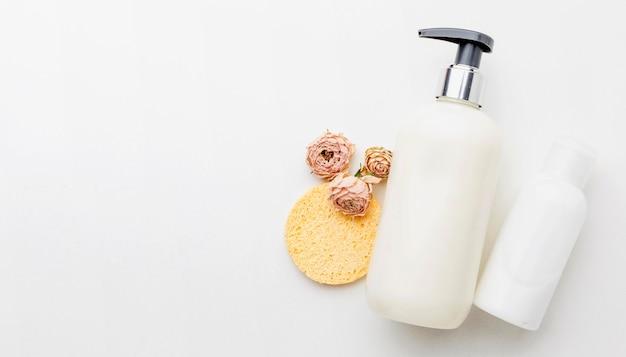 Vista dall'alto bottiglia di sapone organico per le mani con spazio di copia