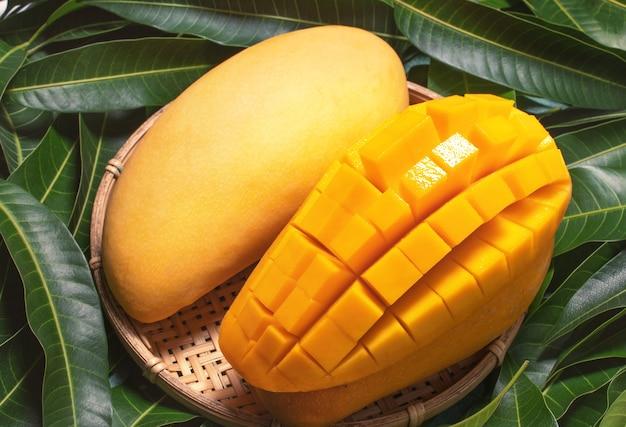 Vista dall'alto mango biologico in setaccio di bambù Foto Premium