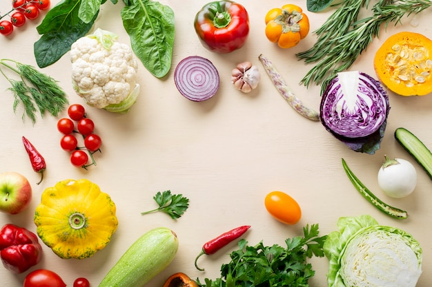 Cornice di verdure biologiche vista dall'alto