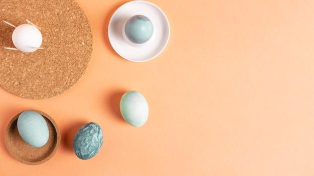 Vista dall'alto di uova di pasqua dipinte con copia spazio