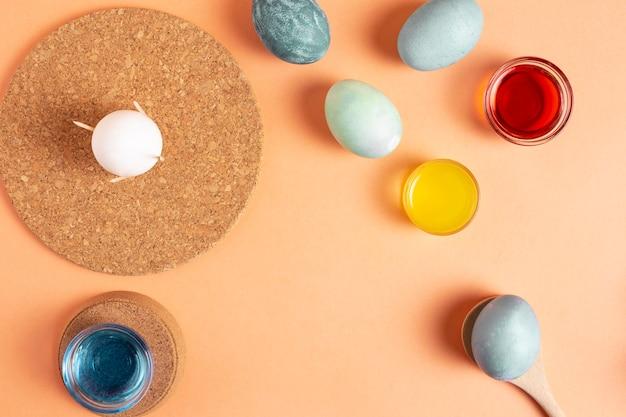 Vista dall'alto di uova di pasqua dipinte con colorante e copia spazio