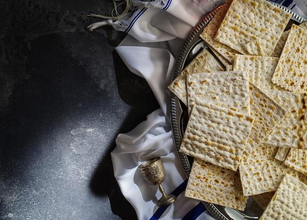 Vista dall'alto dello sfondo di pasqua. ebraico pasquale. matzah sul tavolo di pietra. copia spazio. lay piatto.
