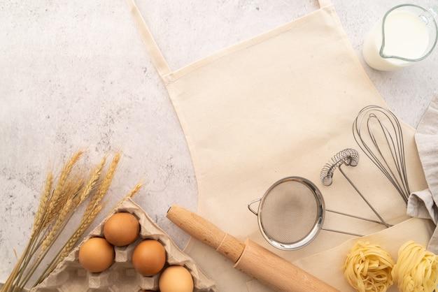 Vista dall'alto pasta con cornice di ingredienti con grembiule