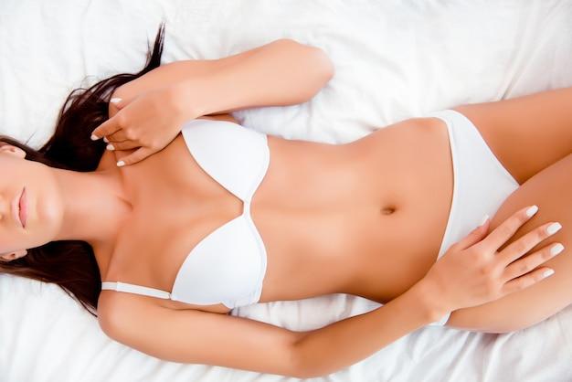 Vista dall'alto del corpo della donna perfetta vestibilità slim