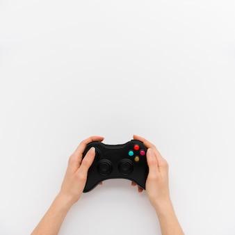 Vista dall'alto persona in possesso di un controller