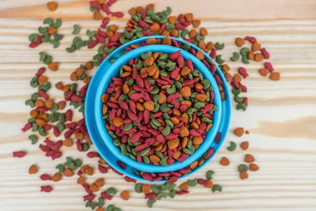 Alimento per animali domestici di vista superiore nella ciotola sulla tavola di legno