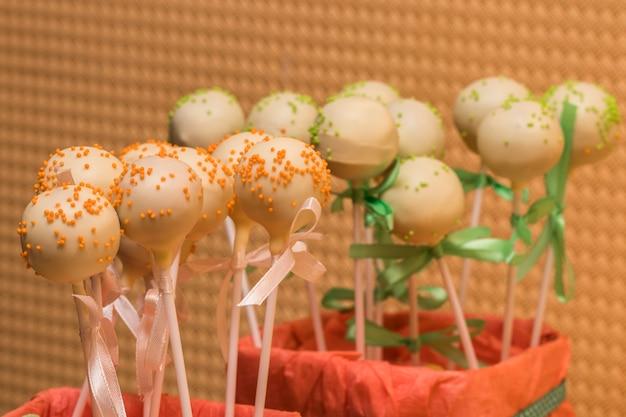 Foto vista dall'alto di cake pops colorati sul tavolo. candy bar