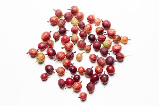Foto vista dall'alto di uva spina fresca spalmata sullo sfondo bianco.