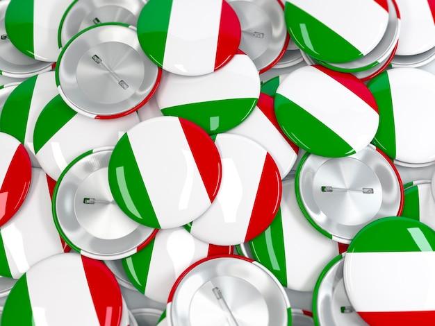 Vista dall'alto della pila di badge a bottone con bandiera d'italia. rendering 3d realistico