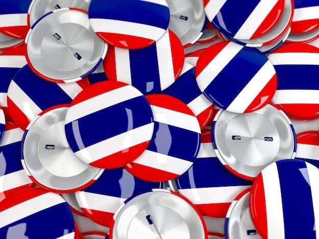 Vista dall'alto della pila di badge a pulsante con la bandiera della thailandia. rendering 3d realistico