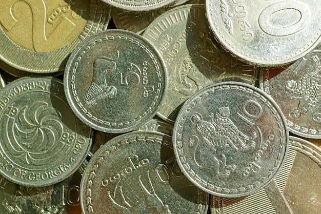 Vista dall'alto del mucchio di monete georgiane tetri e lari