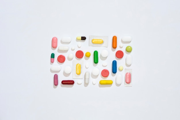 Vista dall'alto di pillole disposte in rettangolo
