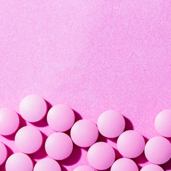 Pillole vista dall'alto su sfondo viola