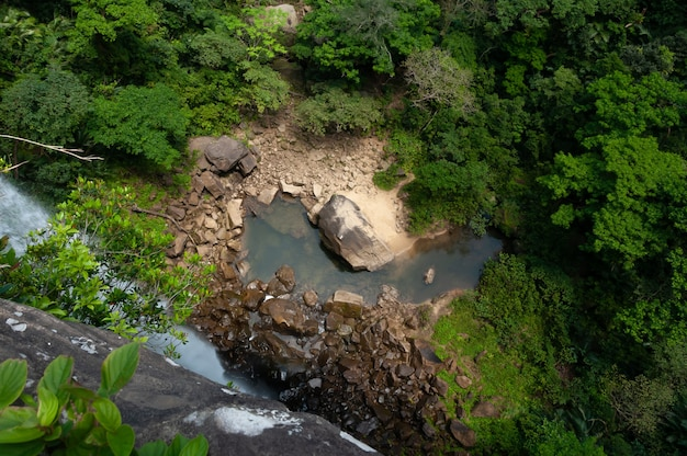 Vista dall'alto della base della cascata pinaisara bellissima piscina naturale vegetazione lussureggiante formazioni rocciose