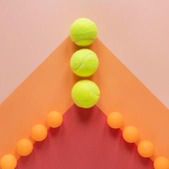 Vista dall'alto di palline da ping pong e palline da tennis