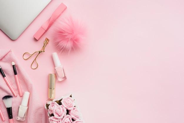 Vista dall'alto prodotti di bellezza rosa con copia-spazio