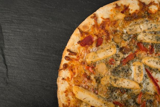 Pizza vista dall'alto sul nero