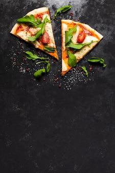 Vista dall'alto di fette di pizza con spazio di copia