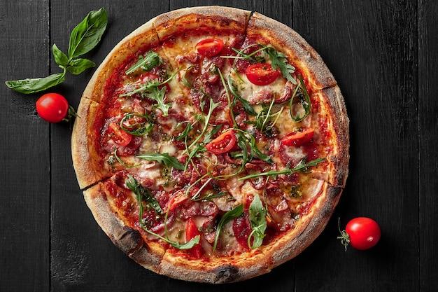 Vista dall'alto della pizza con salsa pelati cabanossi salame pancetta prosciutto