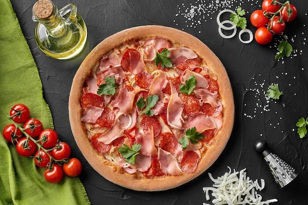 Vista dall'alto della pizza con salame pancetta e prosciutto affumicato