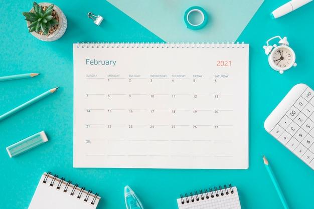 Calendario planner vista dall'alto su sfondo blu