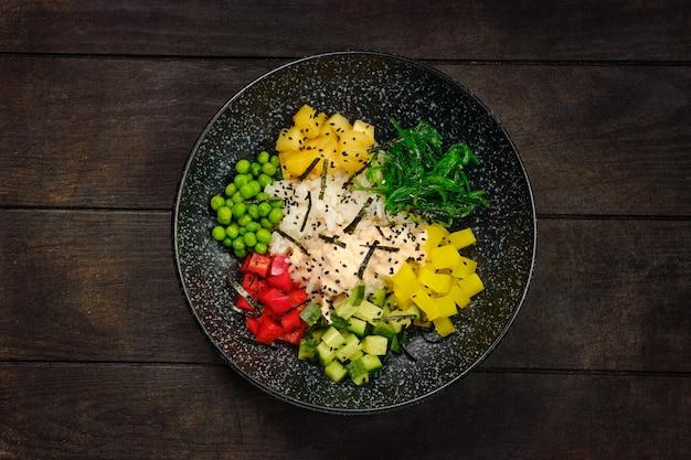 Vista dall'alto del piatto con ingredienti per insalata