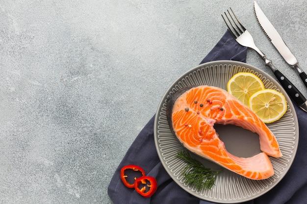 Piatto vista dall'alto con salmone e limone