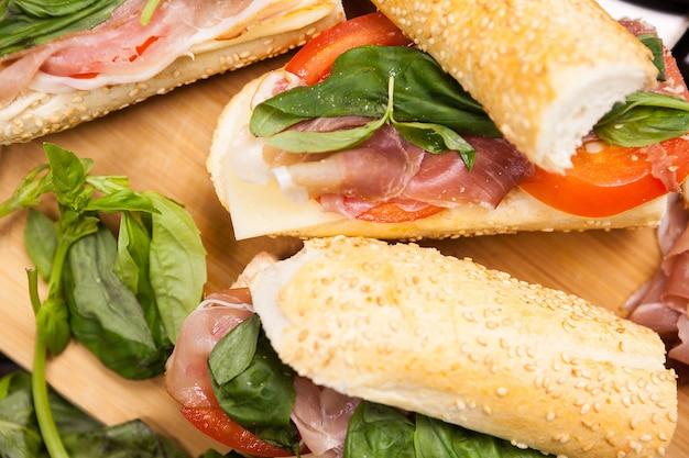Vista dall'alto del piatto con panini sul tavolo di legno