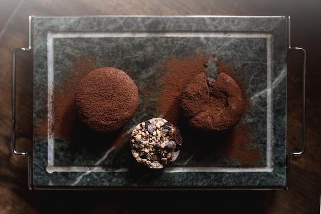 Dessert di torte al cioccolato porzione vista dall'alto con cacao in polvere