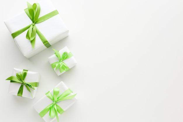 Vista dall'alto di regali con nastro verde