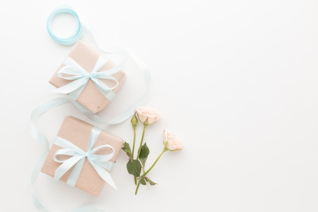 Vista dall'alto di regali con nastro e rose
