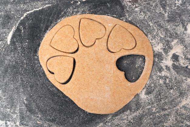 Vista dall'alto del processo di preparazione dei biscotti di pasta frolla a forma di herat